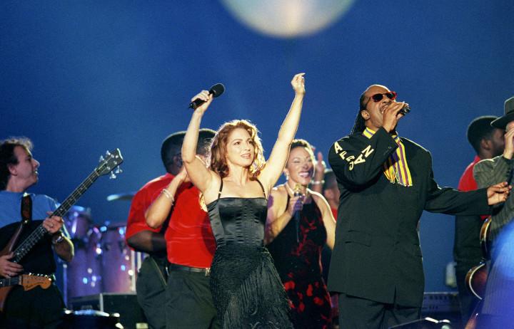 Miami Super Bowl XxxIII In Miami Gloria Estefan And Stevie Wonder Perform At