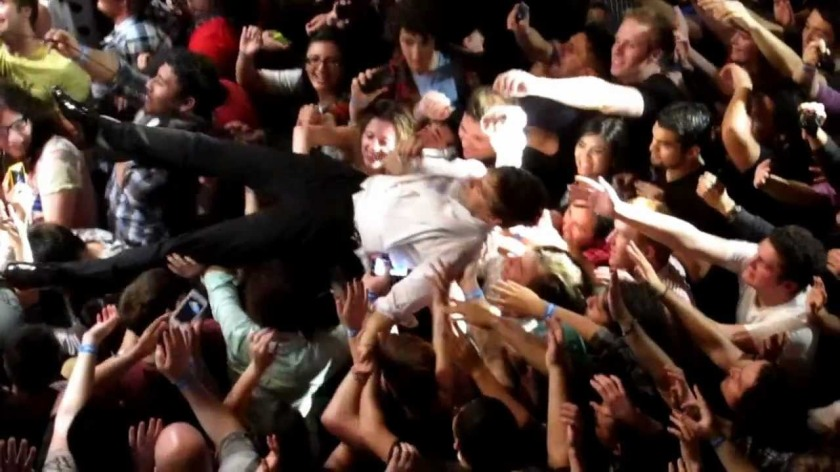 8.29 Peter Gabriel crowd surfing