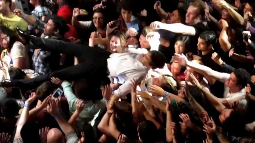 8.29 Peter Gabriel crowd surfing