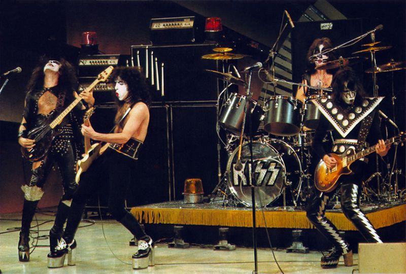 11.30 Kiss in concert 70s